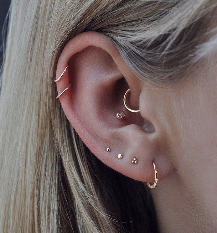Minimale Ohrringe. Fronthelix und Muschel. #Fronthelix #minimale #Muschel #Ohrringe #und #earpiercingideas