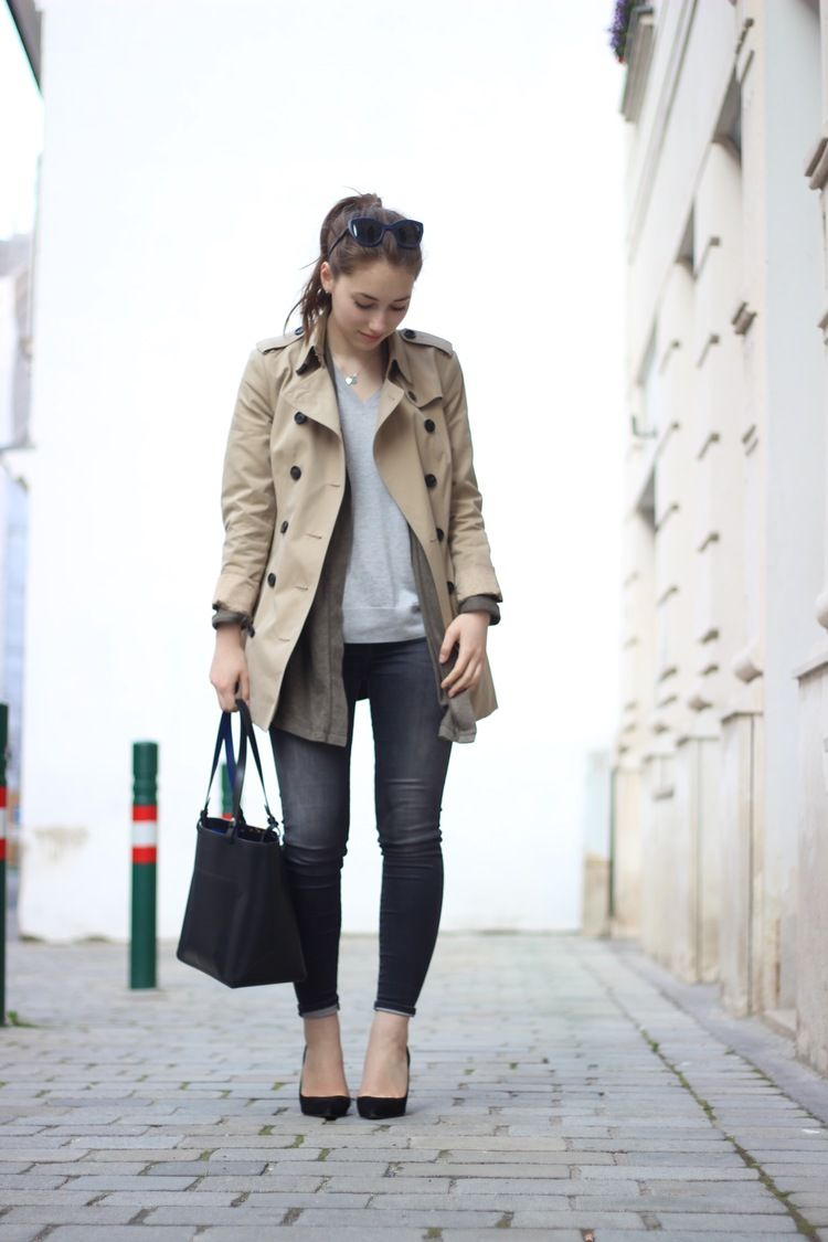 """OUTFIT IDEAS AND HOW TO STYLE: Burberry """"Heritage"""" trench coat / 7ForAllMankind """"Sateen"""" jeans in grey / Longchamp """"Le Heritage"""" tote bag in black / Sergio Rossi suede black pumps"""