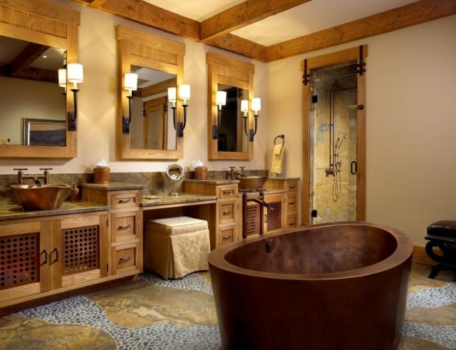 rustikale badmöbel aus massivholz-badewanne in kupferfarbenem ton ...