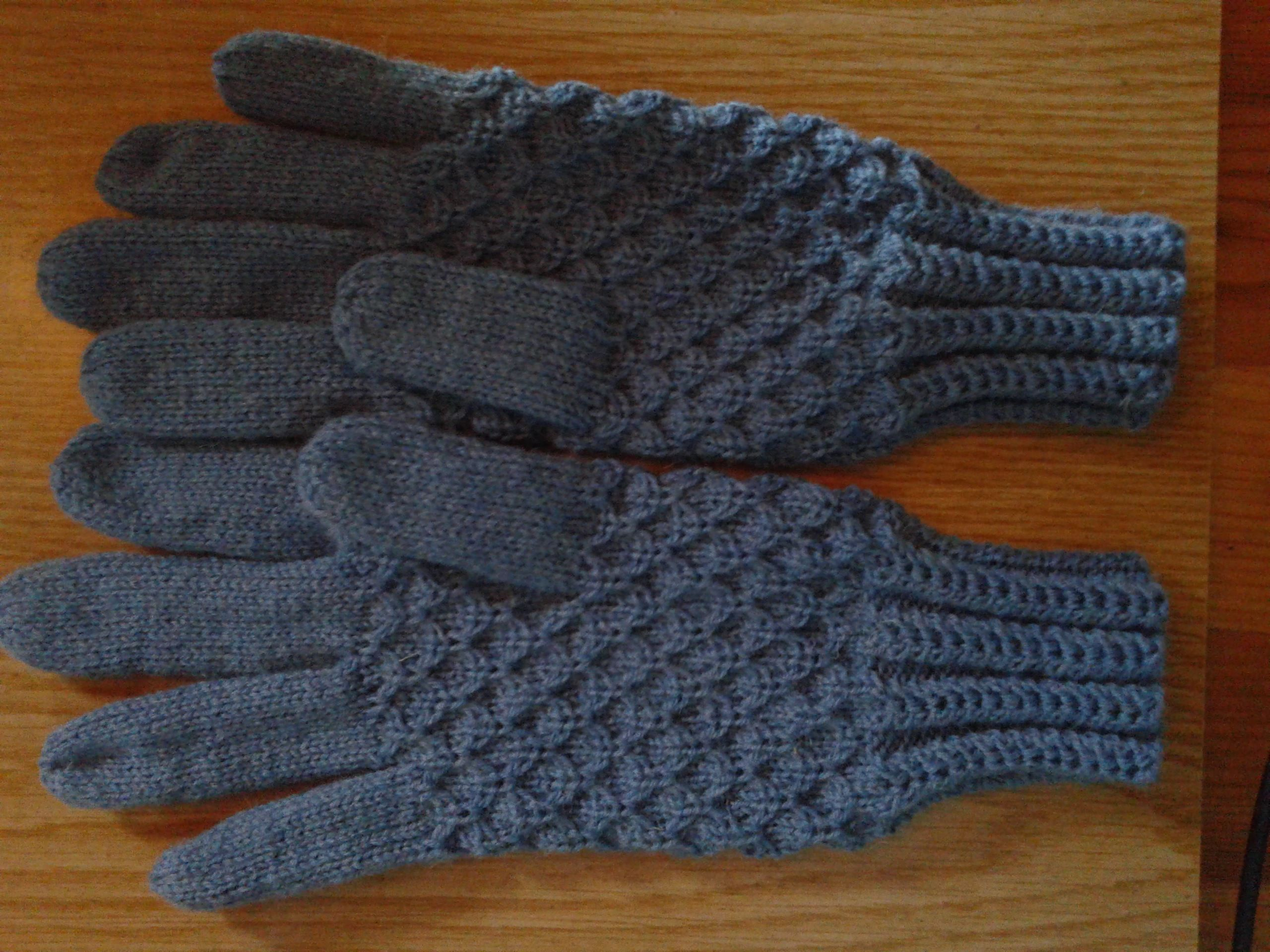 knitted gloves Free pattern http://www.ravelry.com/patterns/library/mock-honeycomb-gloves