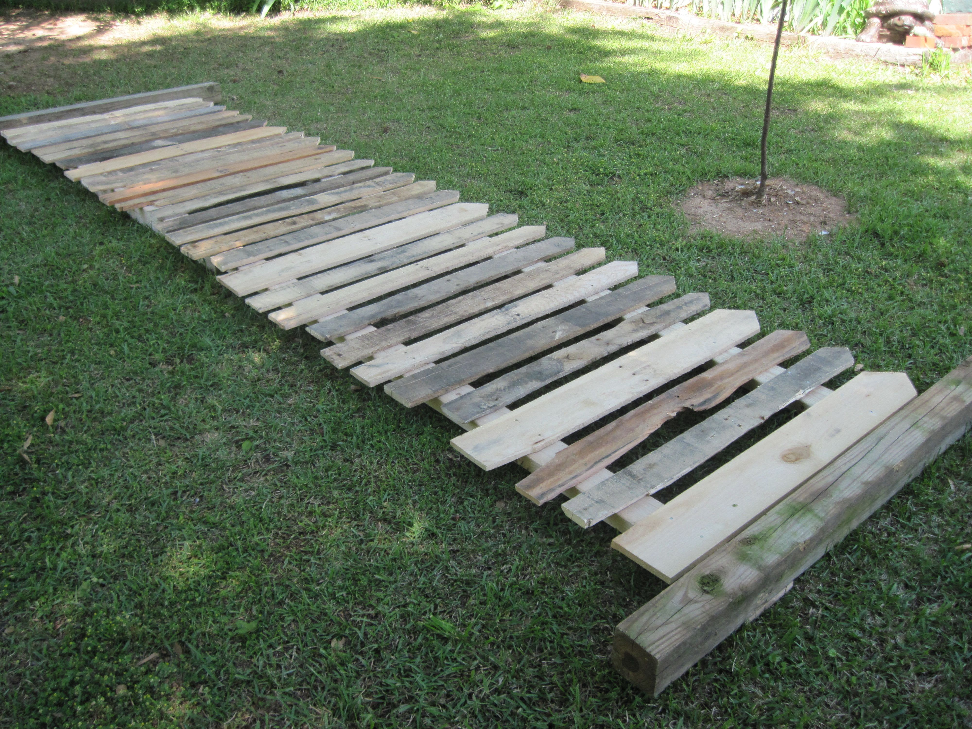 picket fence made from pallet board pallet diy projects. Black Bedroom Furniture Sets. Home Design Ideas