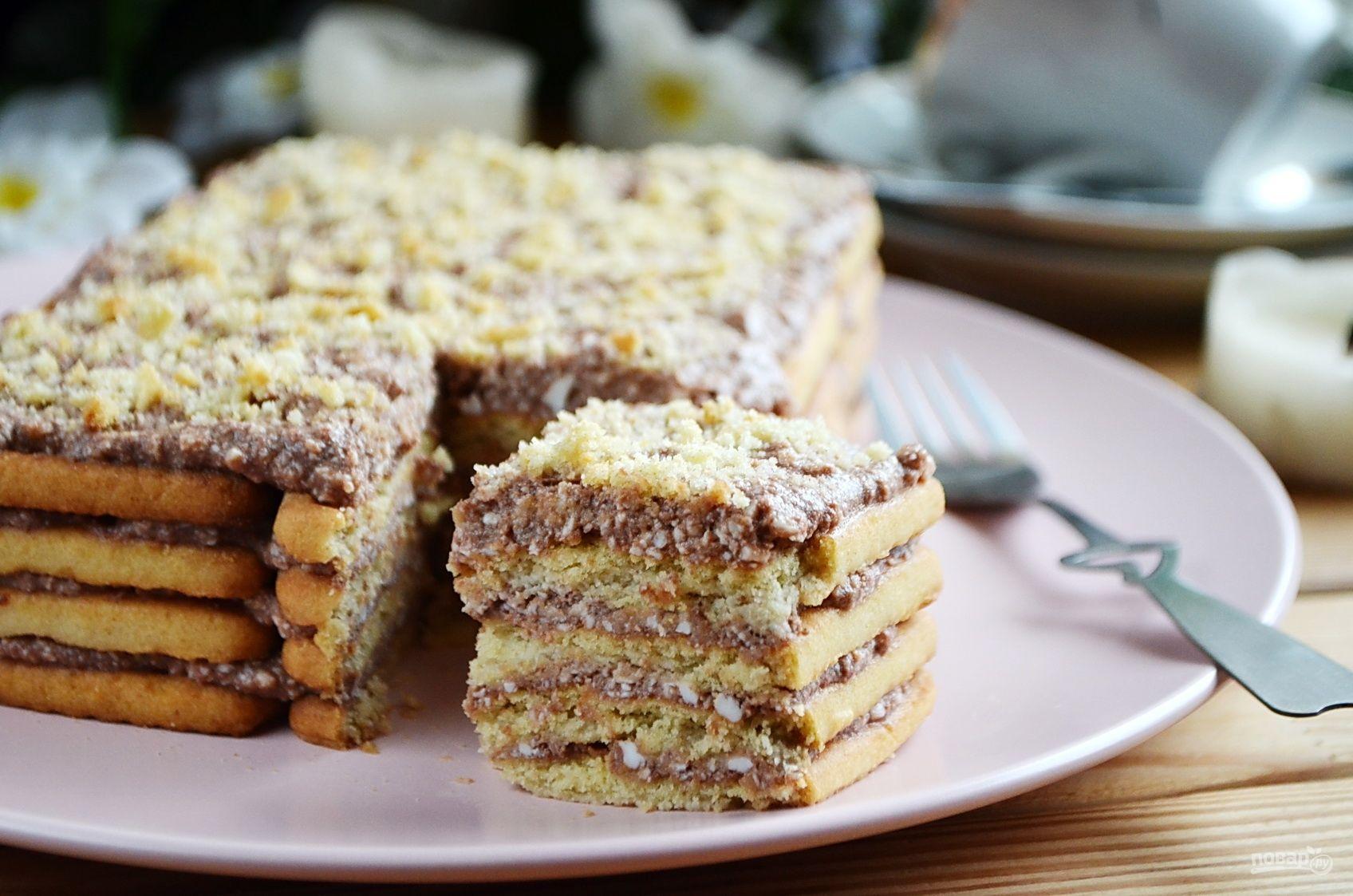 Для прослаивания коржей из печенья подойдёт любой крем: сливочный, заварной, творожный, со сгущёнкой, шоколадный.