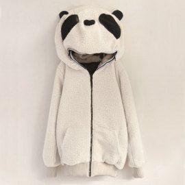 Esta original chaqueta panda, mezcla de disfraz y abrigo, es una de las prendas más divertidas que hemos publicado en Todokawaii. Está realizada en tela de peluche y su capucha puede ser completamente abrochada, permitiéndonos ocultar toda la cabeza.