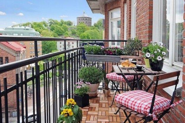 Arredamento balcone di casa piccolo tavolino su balcone stretto e lungo