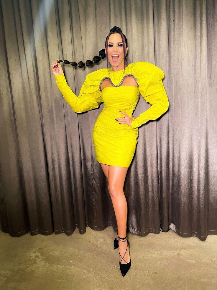 Настя Каменских в желтом платье