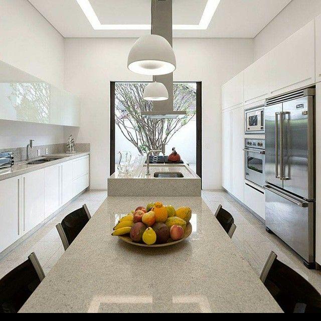 Elegante #diseño de #cocina en isla con tonos muy claros con gran ...