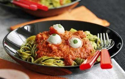 Tagliatelle verdi con occhi sanguinanti per Halloween - Le tagliatelle verdi con pesto e pomodoro guarnite da ciliegini farciti di mozzarella, sono una vera delizia!