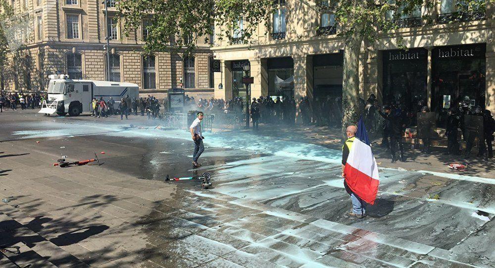 Des Gilets jaunes aspergés d'eau bleue à Paris, un moyen