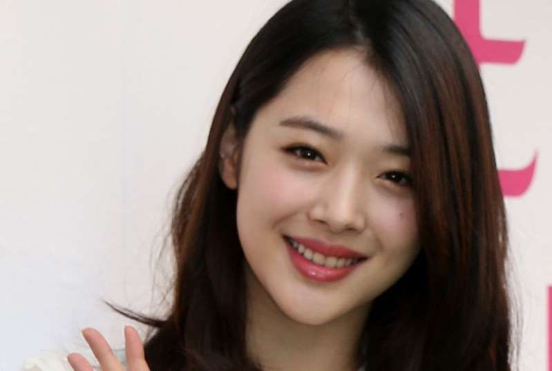 Sulli Smiling For The Camera Korean Pop Stars Pop Star Sulli