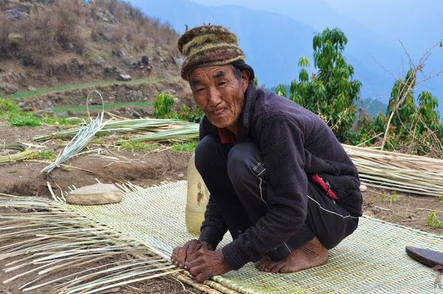 old man weaving in Laprak