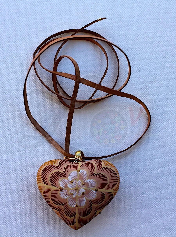 Collar con coraz n de madera pintado a mano pewter con for Accesorios bano dorados