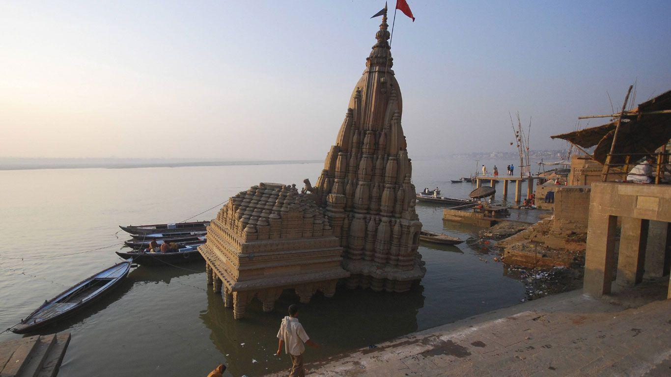 Der schiefe Turm von Varanasi-Über Kilometer ziehen sich Treppenstufen den Ganges entlang. Die sogenannten Ghats dienen unter anderem als Toilette, Handelsplatz und Krematorium. Das Scindia-Ghat hier ist so schwer, dass es sogar den Tempel am Ufer nac