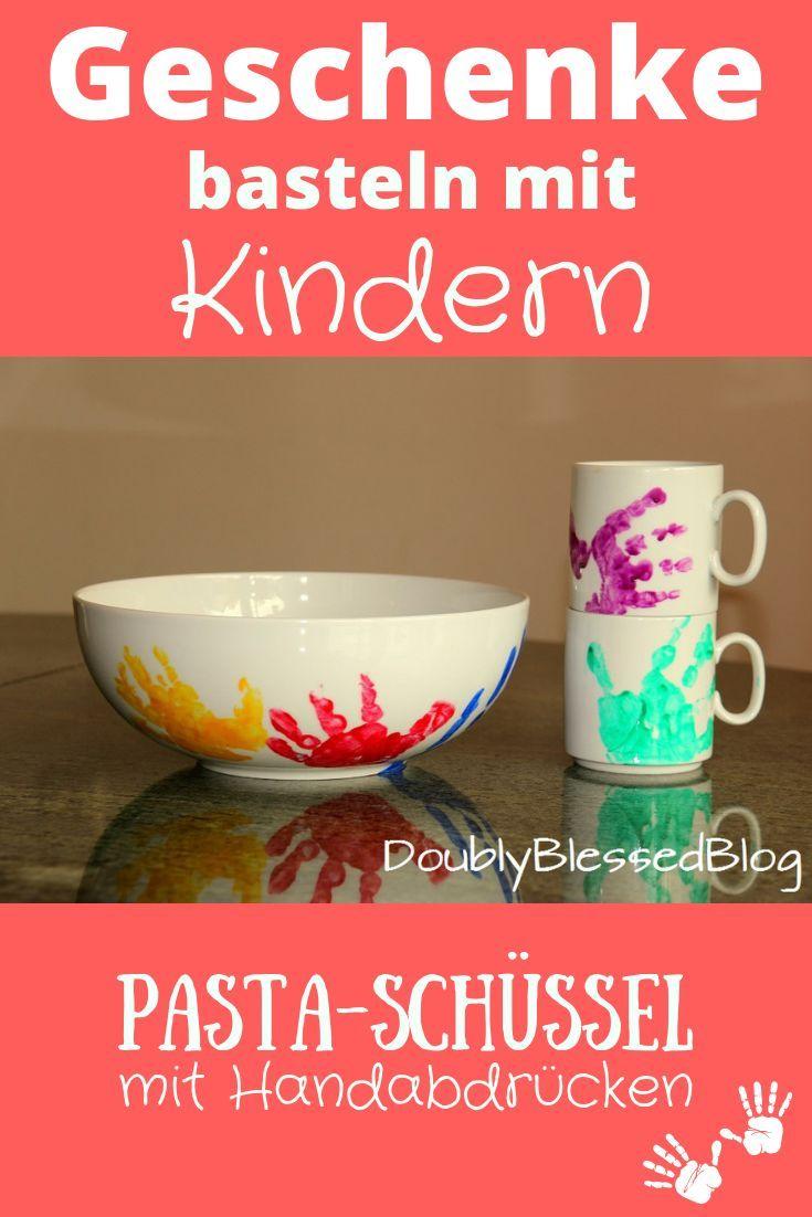 Geschenke basteln mit Kindern – Pastaschüssel und Tassen mit Handabdrücken | DoublyBlessedBlog #geschenkebastelnmitkindernweihnachten