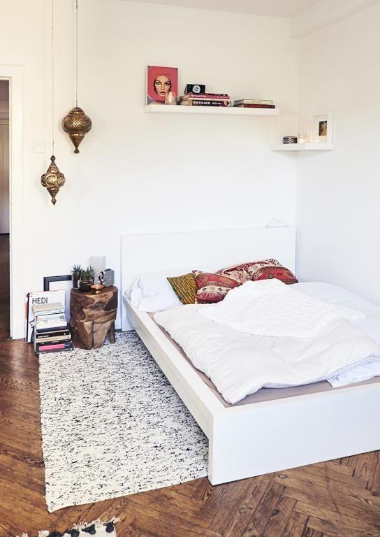 Wunderschone Wg Zimmer Einrichtungsinspiration Dielenboden Teppich Bett Mit Bunten Kissen Sowie Buche Wg Zimmer Zimmer Einrichten Inneneinrichtung