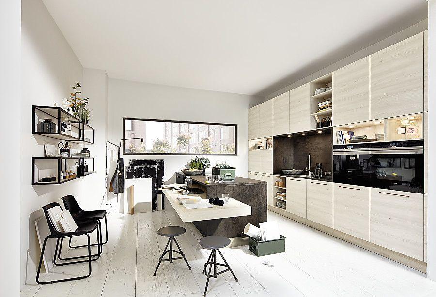Helle Holzfronten und wohnliche Details in der Loftküche