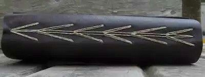 Tradução: Triple chain (Inglês) = corrente tripla (Português)  Essa técnica só pode ser usada para costurar3 conjuntosde folhas oumúltiplos de 3. A principal característica dela é a ligação entre as linhas que lembra as conexões que existem entre os elos da corrente.