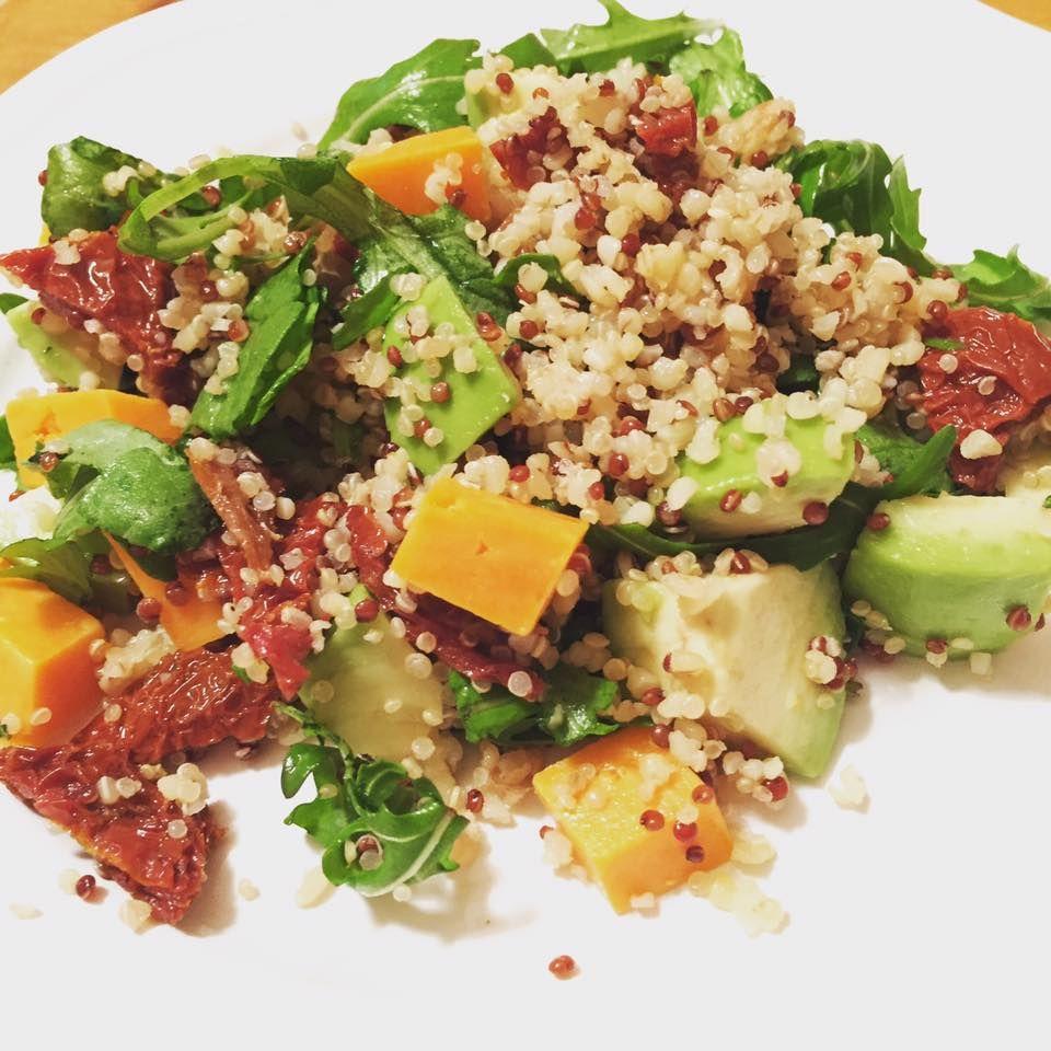 Esta ensalada tiene todos los nutrientes que necesitamos pueden acompañarla con carne o pollo, solo adapten las porciones ya que es bien contundente.