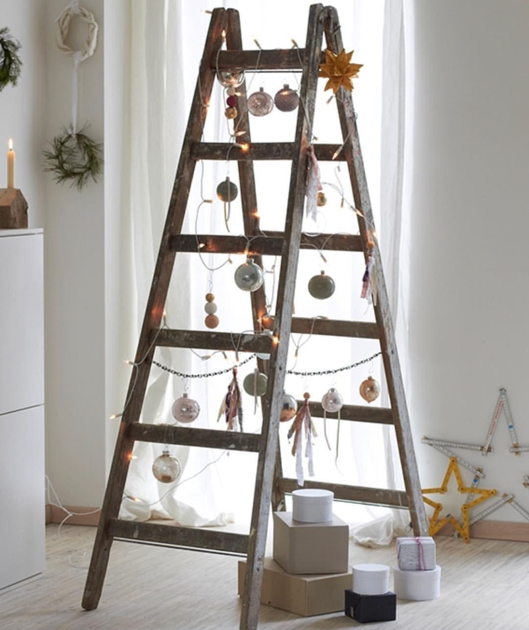 """Gefällt 54 Mal, 5 Kommentare - Wohnglück (@wohnglueckmagazin) auf Instagram: """"Wenn Ihr Weihnachten auf der Baustelle verbringt, macht es doch einfach mit einem Leiter-Tannenbaum…"""" #leiterdekoweihnachten"""