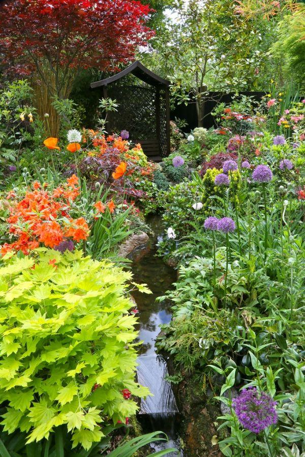 ideen für wasser im Garten-bachlauf anlegen-blumen pflanzen-blühend
