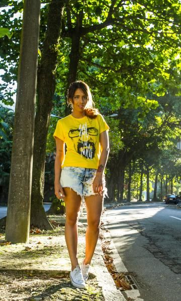 look básico: short e camiseta amarela
