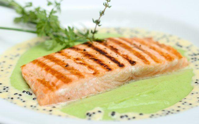 Receita de Lombo de salmão grelhado com purê de wasabi e creme de caviar - iG