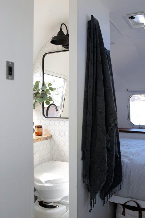 pingl par marie noel filion sur roulotte rv bathroom camper bathroom et airstream renovation. Black Bedroom Furniture Sets. Home Design Ideas