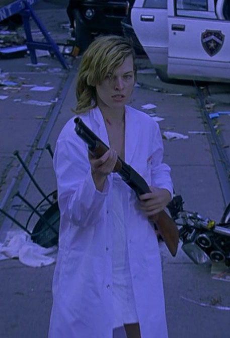 Milla Jovovich in Resident Evil (2002) - #residentevil Milla - resumen 8 millas