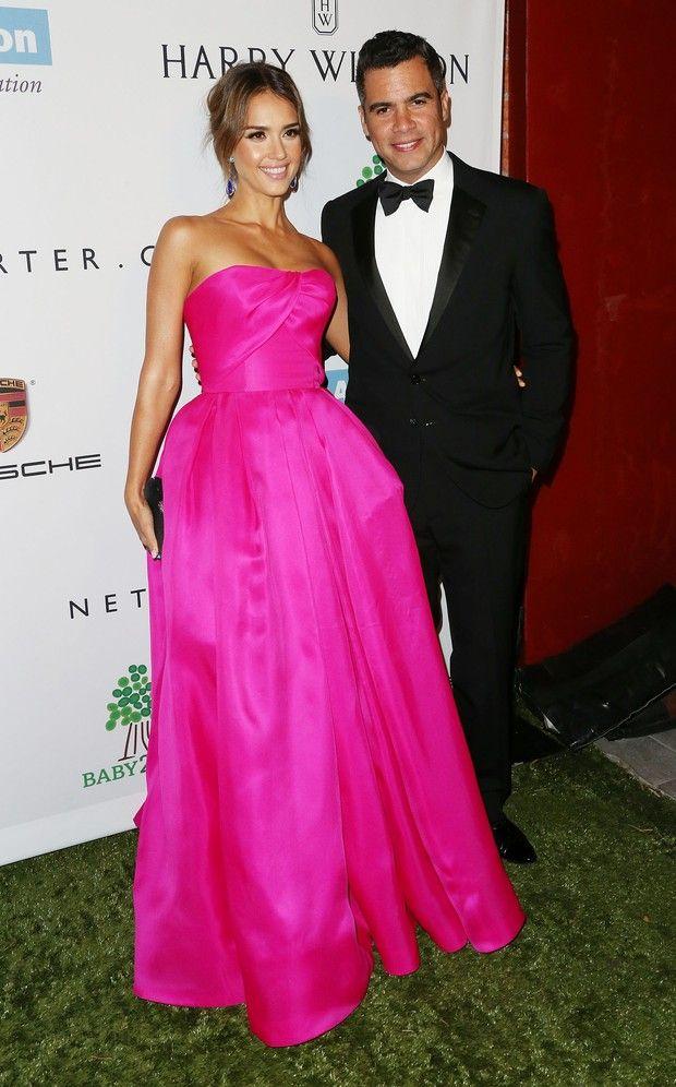Grávida, Drew Barrymore dá beijo no marido em evento de caridade ...