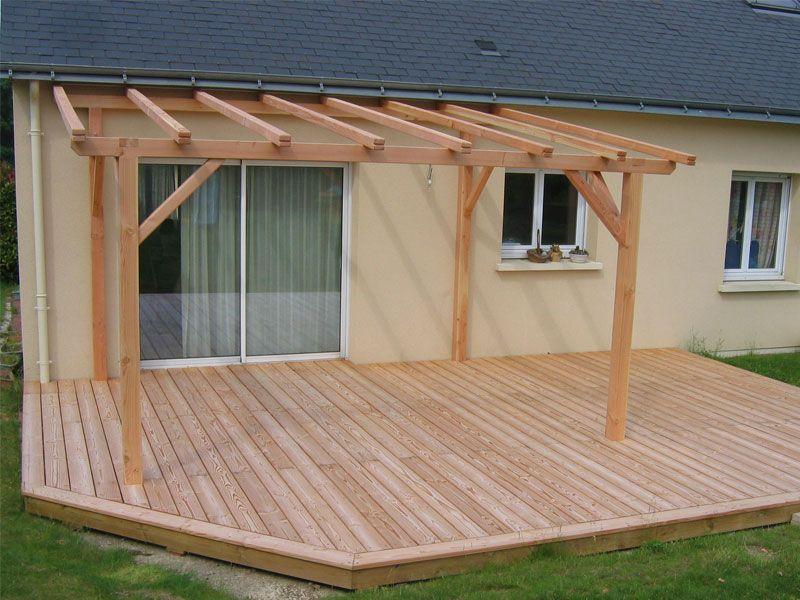 Terrasse fabriquée avec des lattes de bois sur laquelle une pergola tr u00e8s simple aétéérigée  # Latte Terrasse Bois