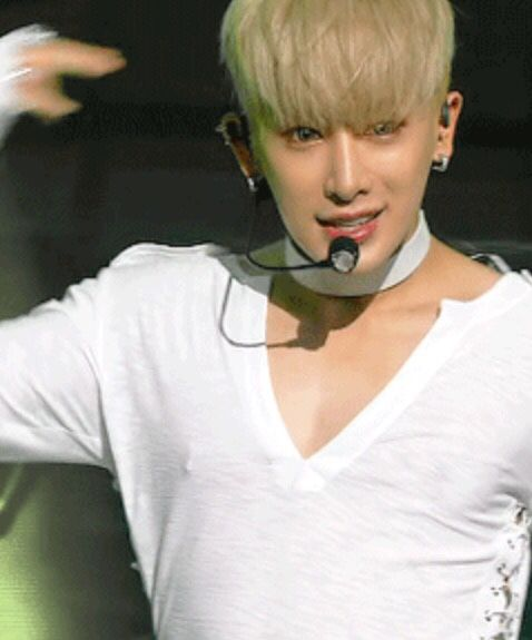 I'm still unsure if he does have his nips pierced (or at least one of them) but this gif seems pretty undeniable....