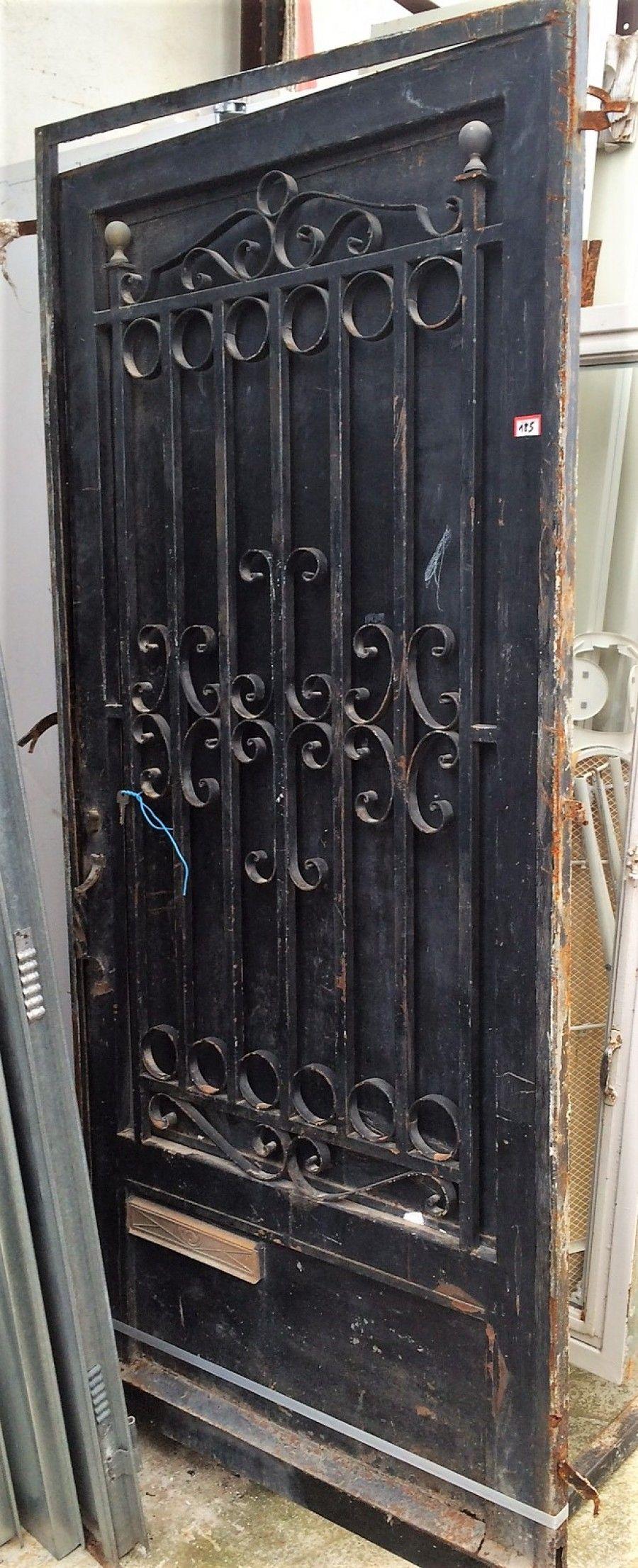 Puerta de hierro, pintada en negro, con contrapuerta y hueco para ...