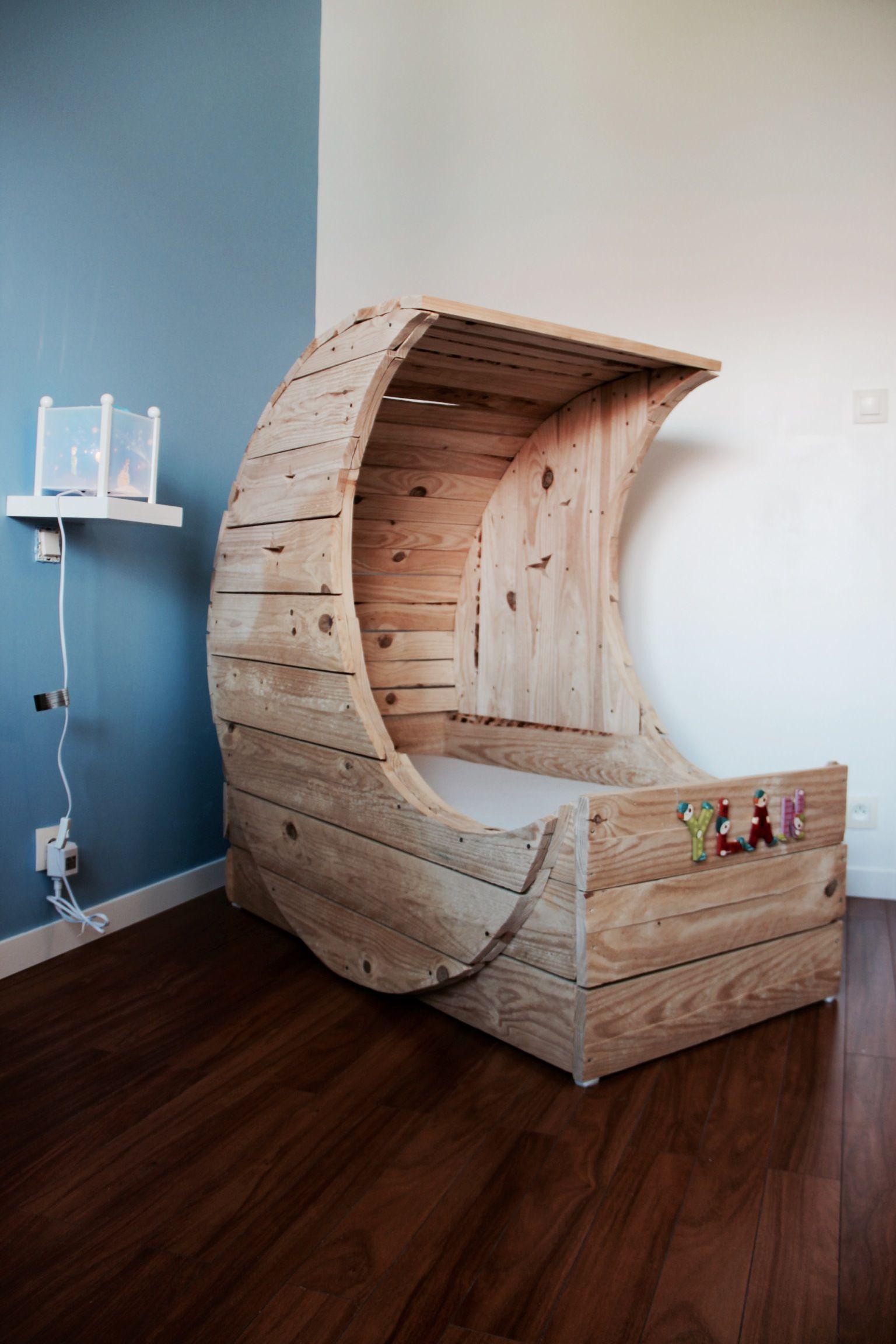 berceau ylan en palettes selber bauen pinterest berceau palette et le coin des enfants. Black Bedroom Furniture Sets. Home Design Ideas