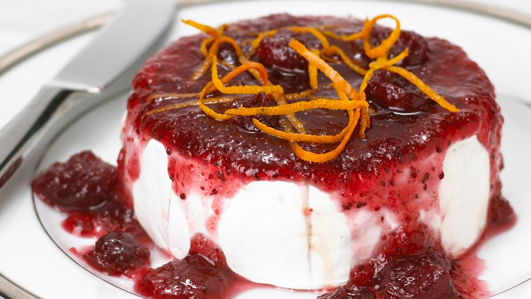 baked brie with cranberry sauce