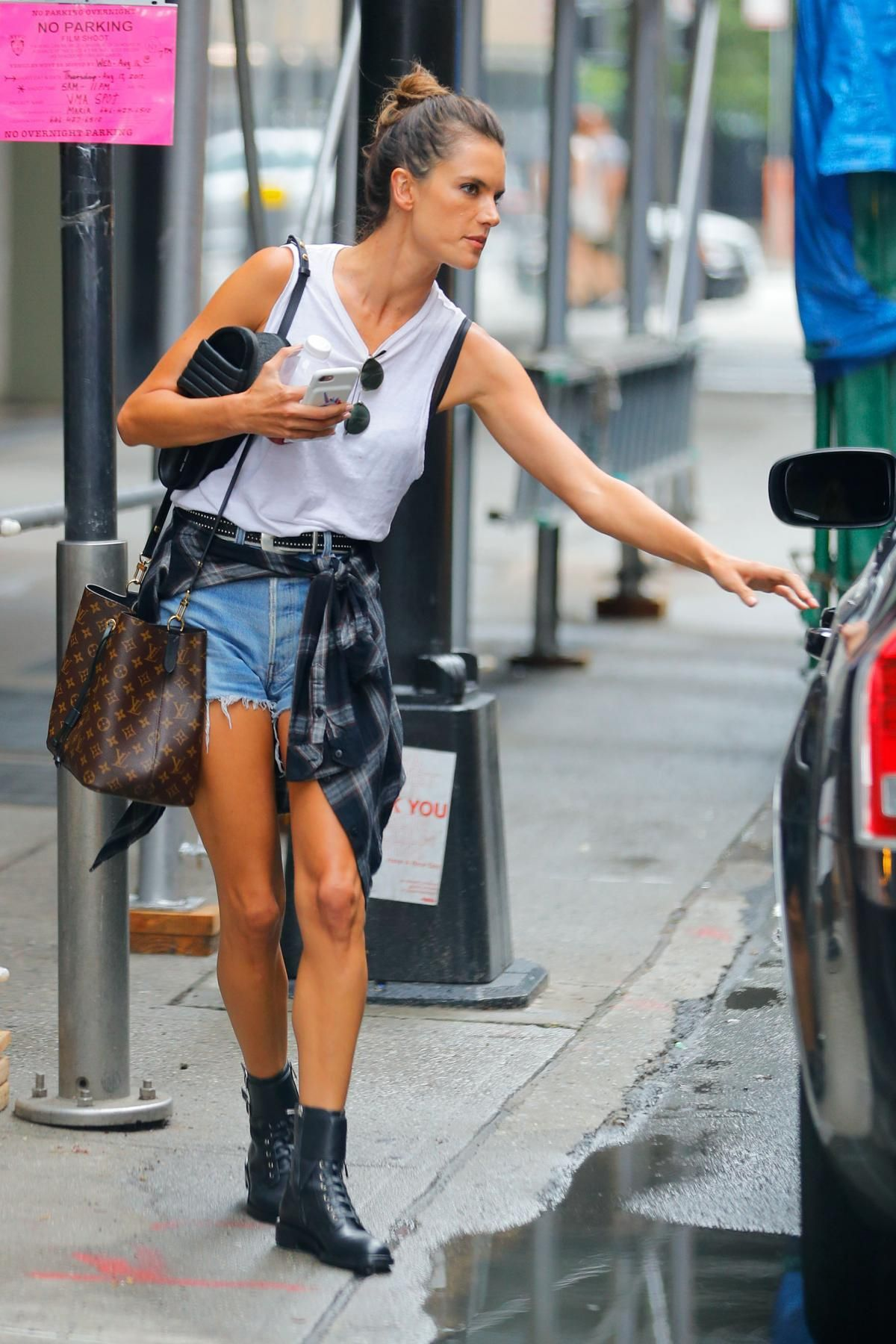 243ffcccfa89 Alessandra Ambrosio wearing Louis Vuitton Neonoe Monogram Canvas Bag