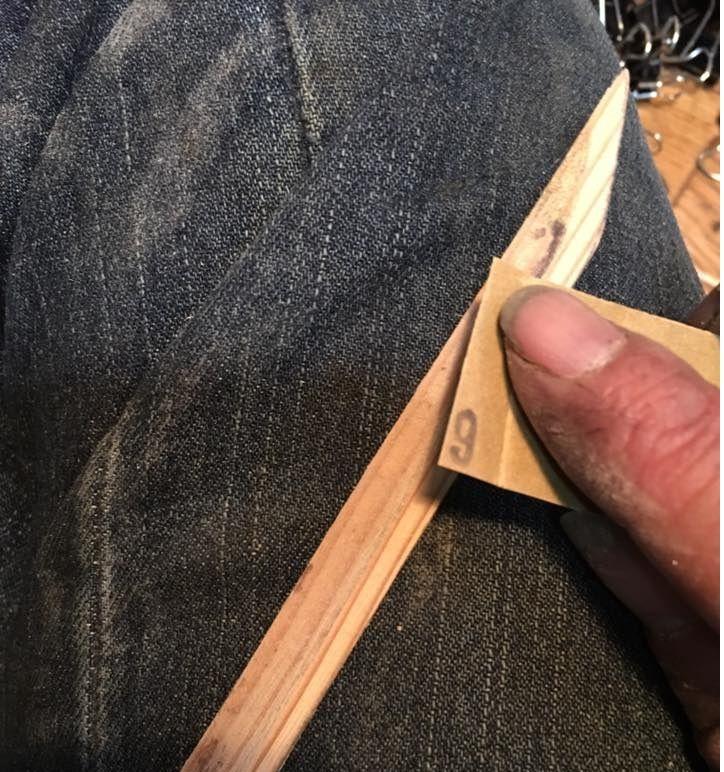 17-03-13  漆で小柄を (坂根龍我 作品 紹介№330)   乾き、接着されたのを確認してペーパーで形成! トンガリの先が開いていたので再度糊漆で接着。 二本の後を追いかけることになった。 どうせなら銃刀法にひっかかるくらいのモノを造りたいな。笑笑笑