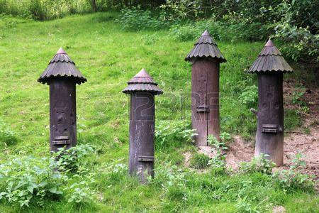Anciennes ruches verticales en bois en grume anciennes ruches - condensation dans la maison