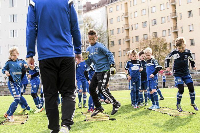Tutkimuksen mukaan monipuolisen liikunnan ja leikillisen harjoittelun tulisi olla harjoittelussa etusijalla 12-vuotiaaksi asti. Kuvassa HJK:n 10-vuotiaat jalkapalloilijat treenaavat Saharan kentällä.