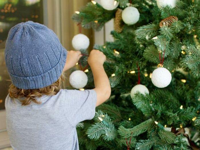 Adornos navide os caseros peque o ni o adornando el rbol - Adornos navidenos ninos ...