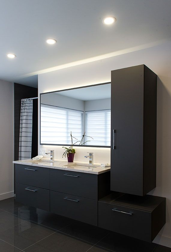 Salle de bain des maîtres composée du0027armoires suspendues avec - prise de courant dans salle de bain
