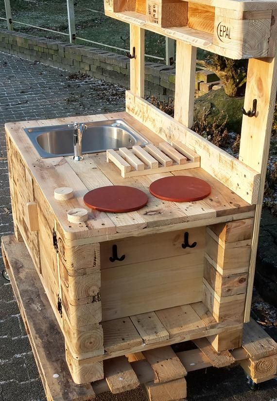 Mat kitchen made of pallets with hose connection
