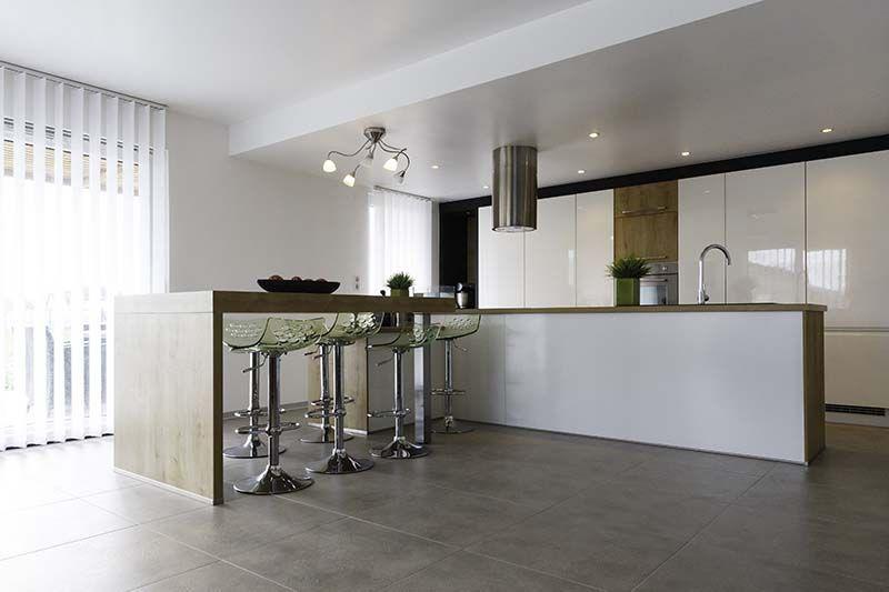 Cuisine design install e dans un maison ossature bois d co int rieur pinterest pool for Cuisine installee prix