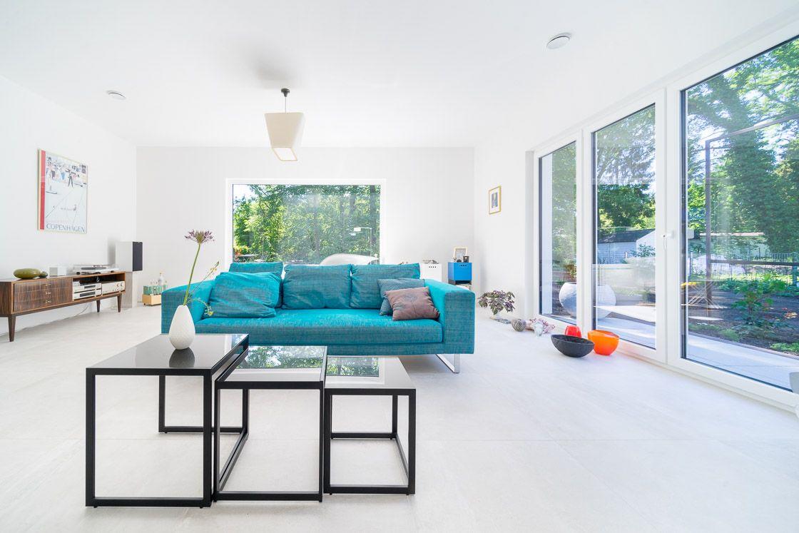 Modernes #Wohnzimmer mit Ausblick in den #Garten im Bungalow von ECO ...