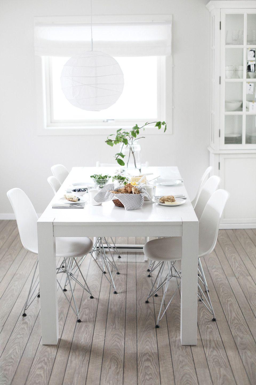 mesa y sillas en blanco/piso contrastante madera   diseño ...