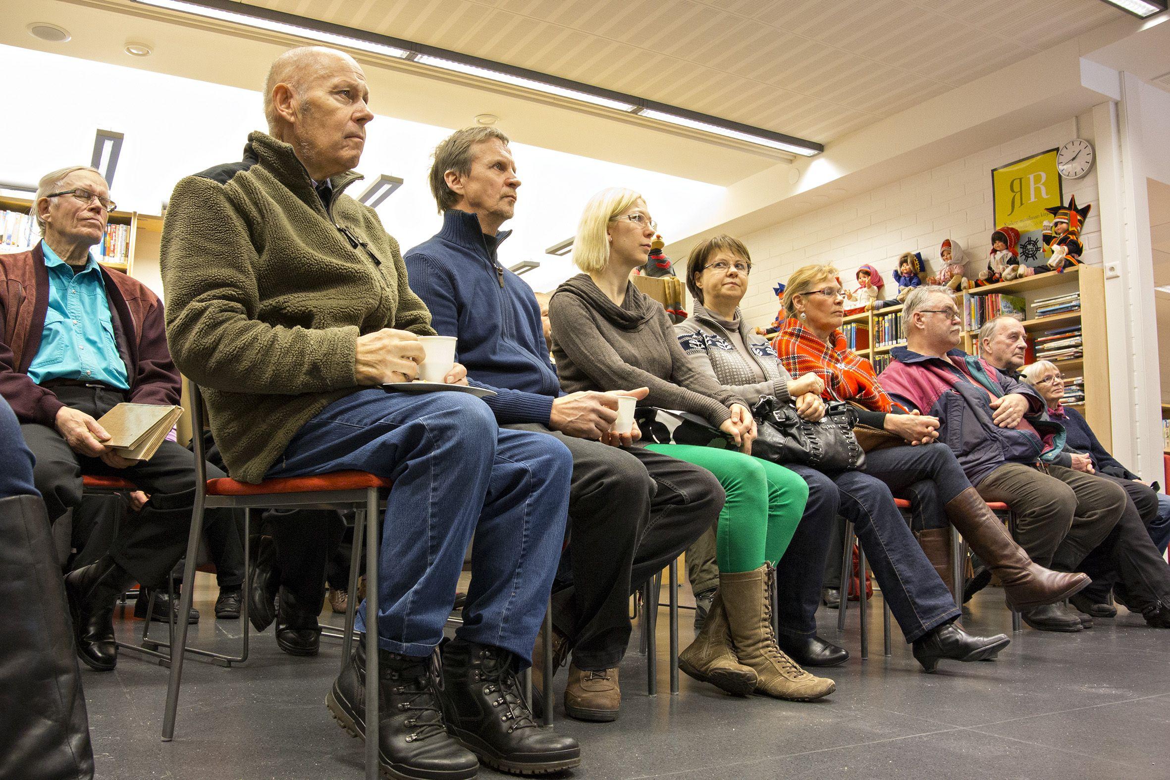 Seuran kevätkokous keräsi tuvan täydeltä yleisöä Ivalon kirjastoon 1.3.2014. Kuva: Tero Ronkainen.