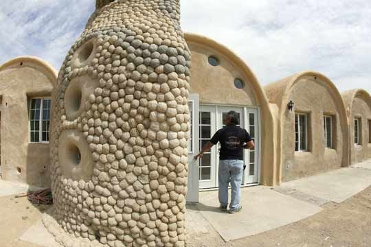 Casas Fabricadas A Base De Sacos De Arena Y Alambre De Espino A Prueba De Seísmos Cob House Earth Bag Homes Natural Building