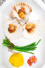 scallops with mango sauce and asparagus