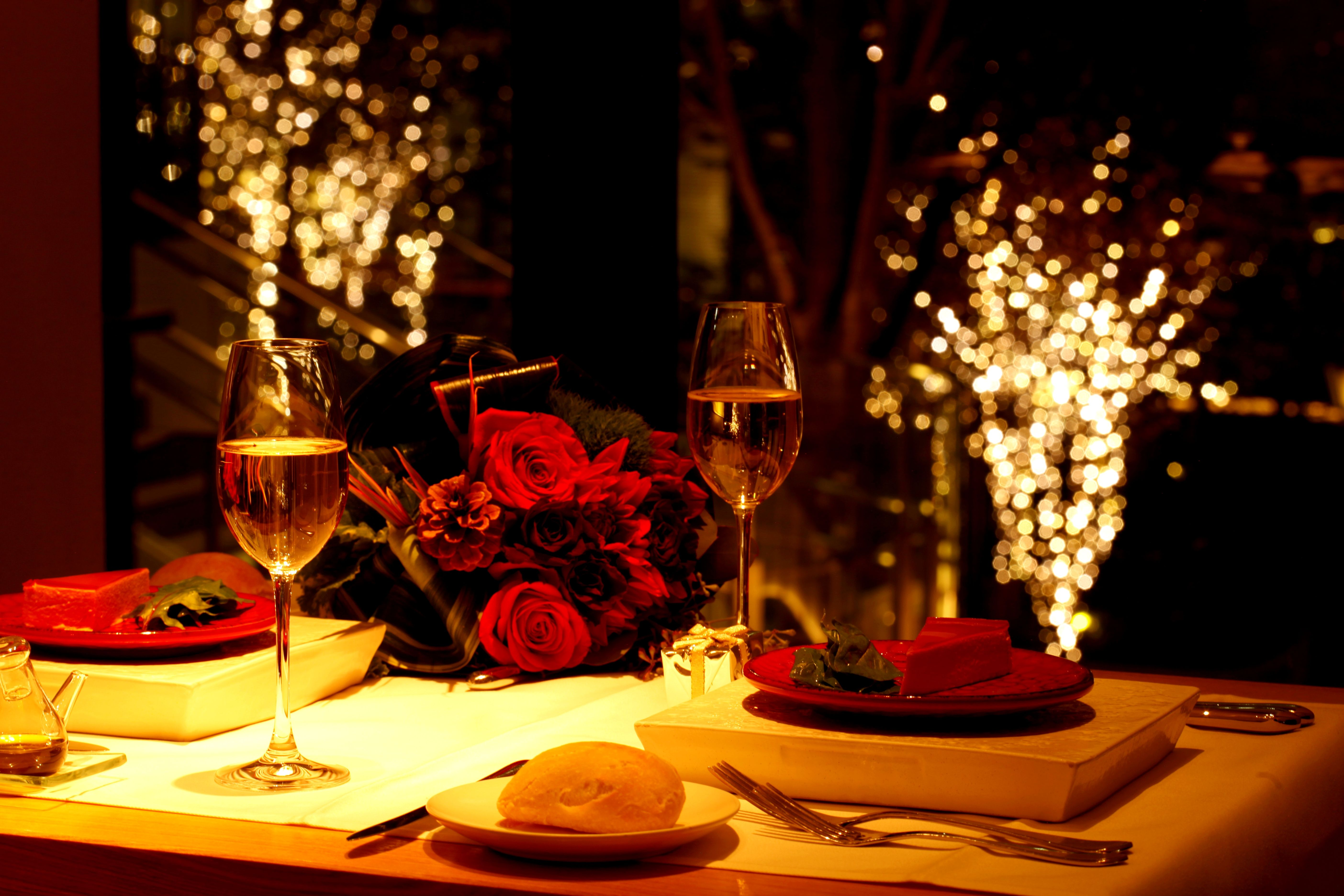 Romantic dinner table decoration - Going Out On A Romantic Dinner Pandoravalentinescontest