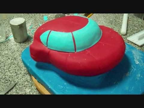 Passo a passo do bolo 3D: Nave dos Little Einsteins. O videoclip mostra as fases de decoração com pasta de açúcar. A base foi elevada para dar a sensação de ...