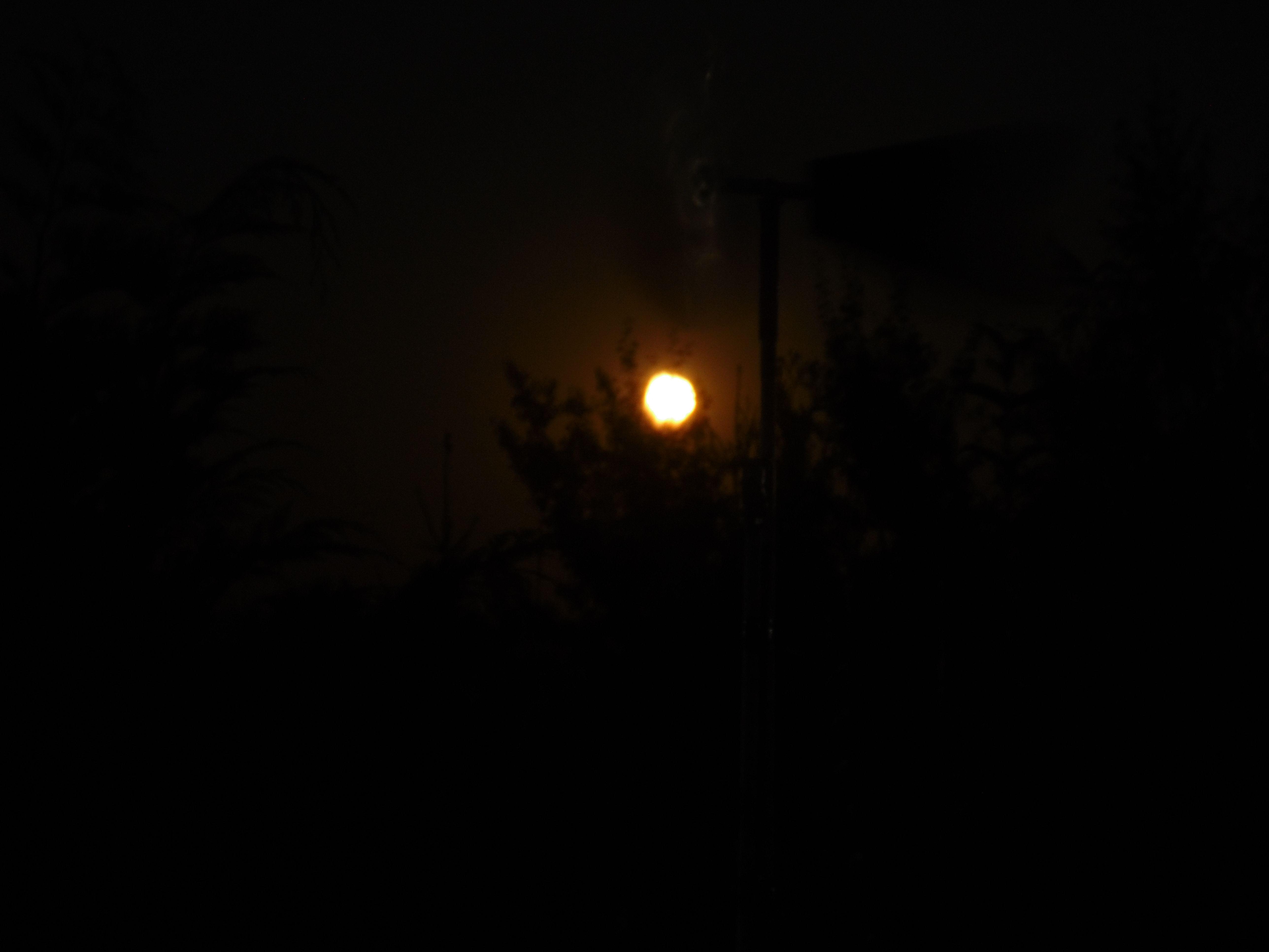 09.10.2014: Aufgrund der Föhnwetterlage kurzfristig sehr rot gefärbter Mond