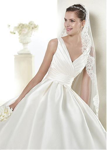 Hermoso vestido de tela razo de novia poca amplitud abajo, drapeado